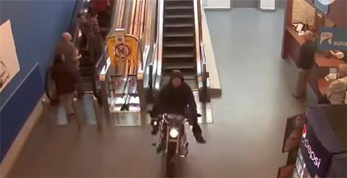 Motorradfahrer flieht durch Einkaufszentrum